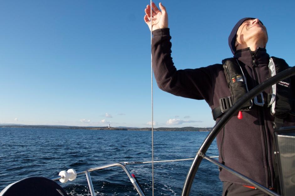Skipperen er opptatt med seiling....