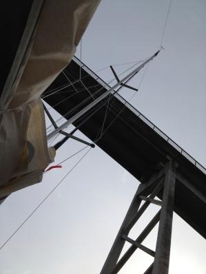 17 meter mast under 19 meters høy bro.