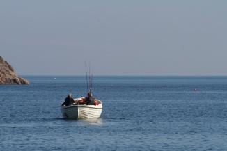 Noen vil prøve fiskelykken utenfor Trysnes.