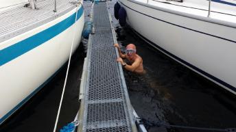Aksel dykket like godt ned for å se på skaden etter dultinga. Kaldt var det nok.