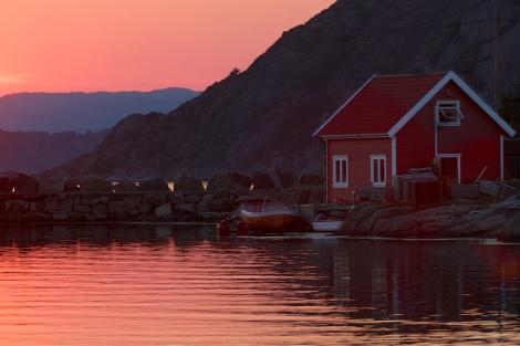 Sjøbu i solnedgang